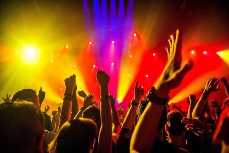 Centinaia di ragazzi assembrati a ballare senza mascherina: chiusura di cinque giorni per il Country Club