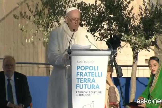 """Papa Francesco: """"Smilitarizziamo i cuori, più vaccini e meno fucili"""""""