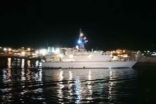 Barca carica di migranti si ribalta a Lampedusa durante il trasbordo