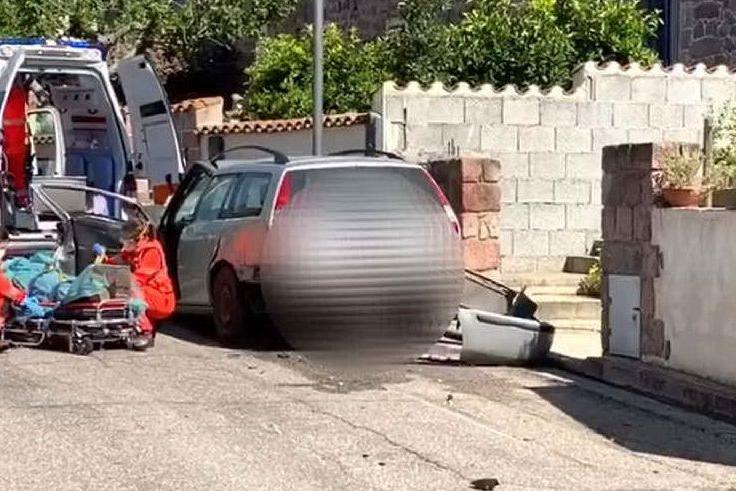 Allai, auto si schianta contro le case: paura per un 60enne