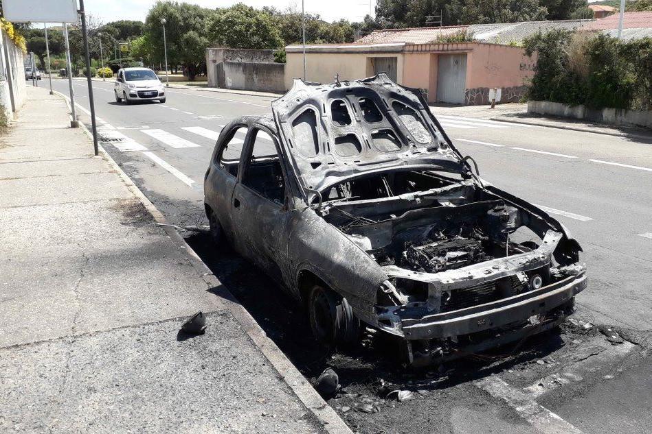 Iglesias, l'auto prende fuoco: a bordo mamma e neonato