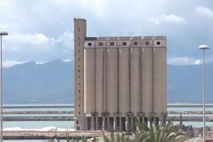 Cagliari, dinamite per abbattere il silos: la diretta