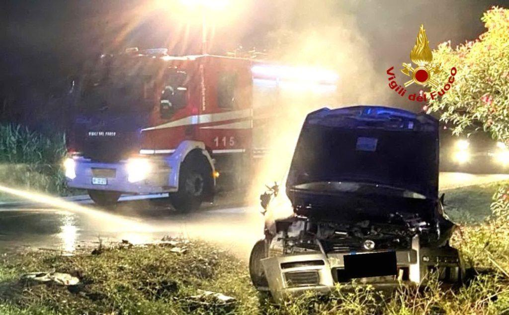 L'auto fuori strada (foto Vigili del fuoco)