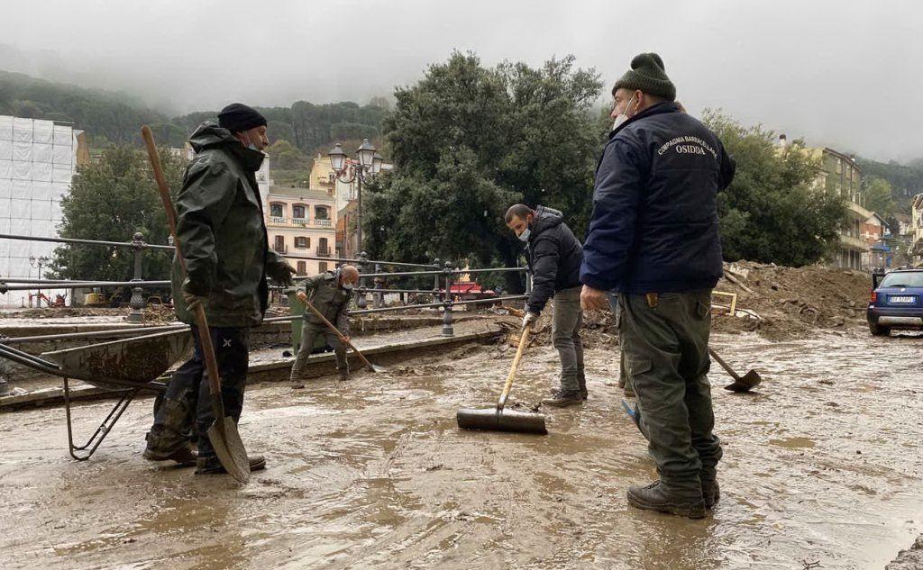 Volontari al lavoro a Bitti dopo l'alluvione (foto archivio L'Unione Sarda)