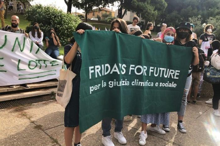 """Clima, migliaia di studenti in piazza, anche a Cagliari e Sassari: """"Agire subito per salvare la Terra"""""""
