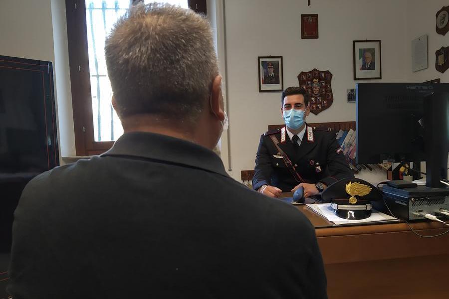 Si presenta in caserma dai Carabinieri conun coltello di 22 cm nel taschino: denunciato