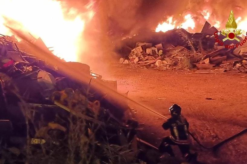 Cagliari, inferno di fuoco nella baraccopoli dopo lo sgombero