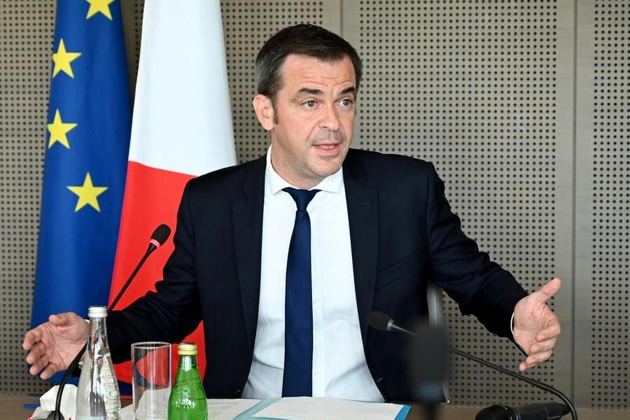 Il ministro della salute francese Olivier Véran (foto Ansa/Epa)