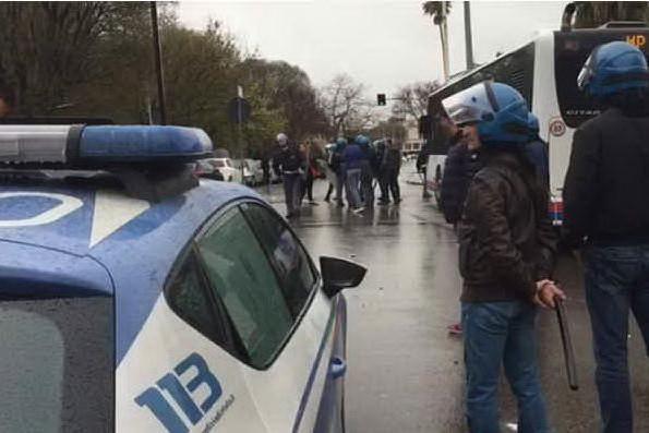 Scontri davanti alla stazione ferroviaria: lo schieramento della polizia