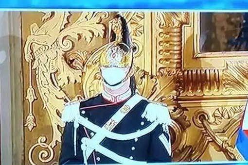 """""""Come fa a respirare quel corazziere?"""", e il carabiniere (sardo) risponde al giornalista"""