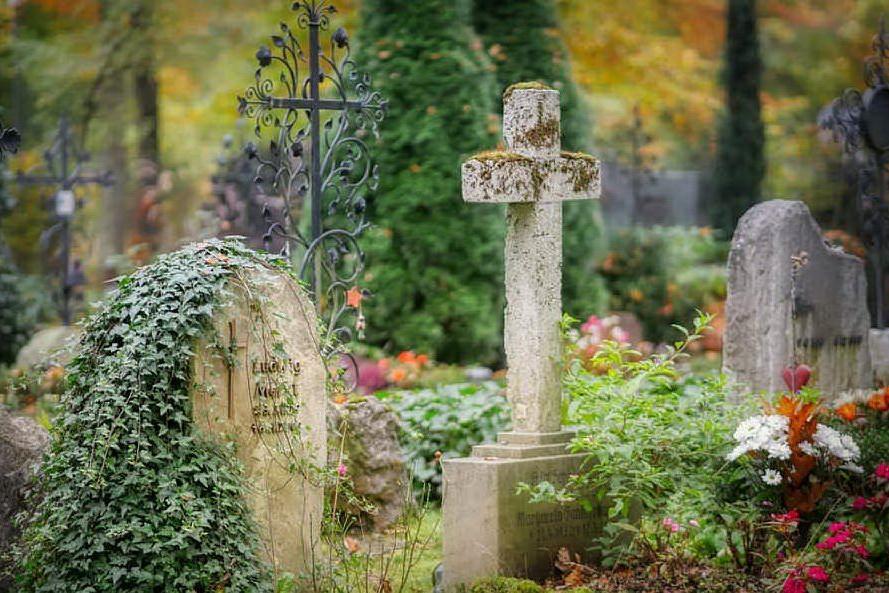 Precipita in una fossa durante il funerale della moglie: soccorsi inutili