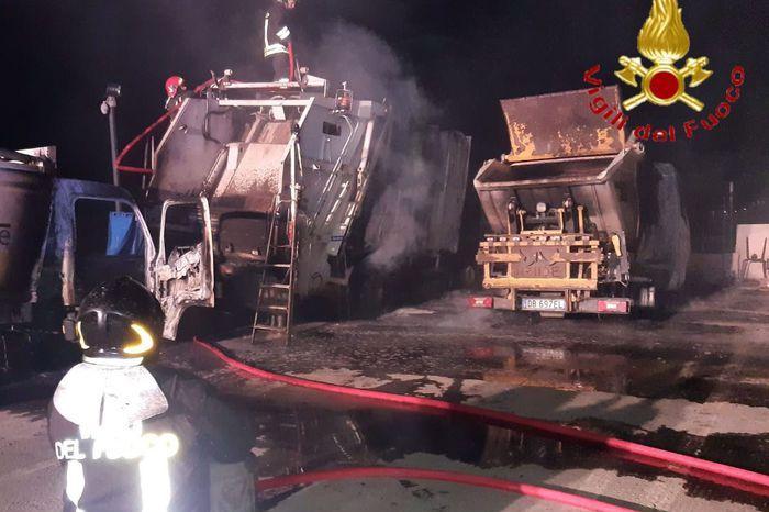 Attentato incendiario a Tertenia: distrutti cinque mezzi per la raccolta rifiuti