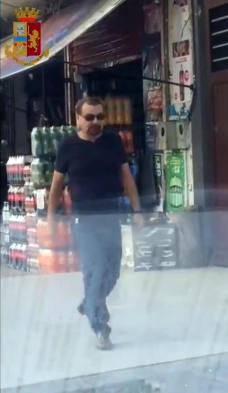 Un fermo immagine tratto da un video della Polizia mostra l'ex terrorista Cesare Battisti prima dell'arresto in Bolivia