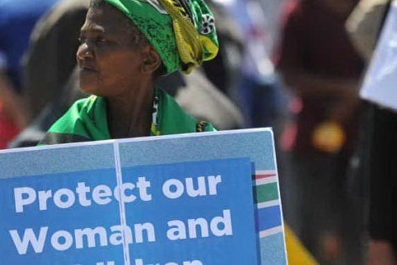 Donna incinta di otto mesi accoltellata al petto e impiccata: orrore in Sudafrica