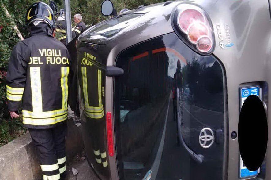 Perde il controllo dell'auto sulla 125, ferita la conducente