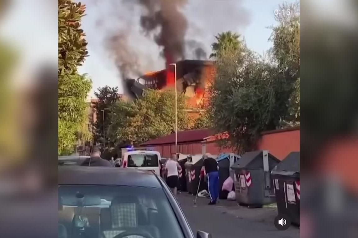 Esplosione e fiamme in un palazzo nel quartiere di Torre Angela a Roma: almeno 3 i feriti