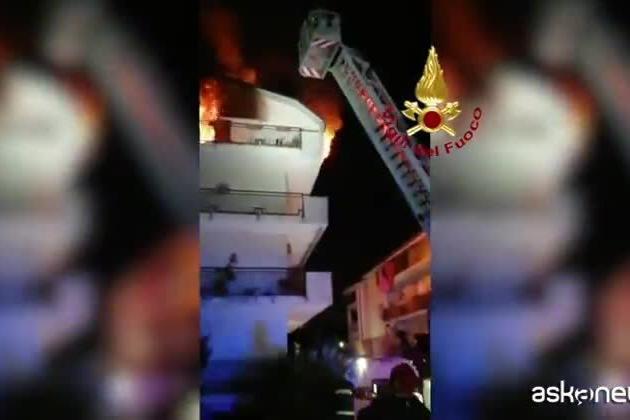 Appartamento in fiamme, si rifugia sul balcone: donna salvata dai pompieri con l'autoscala