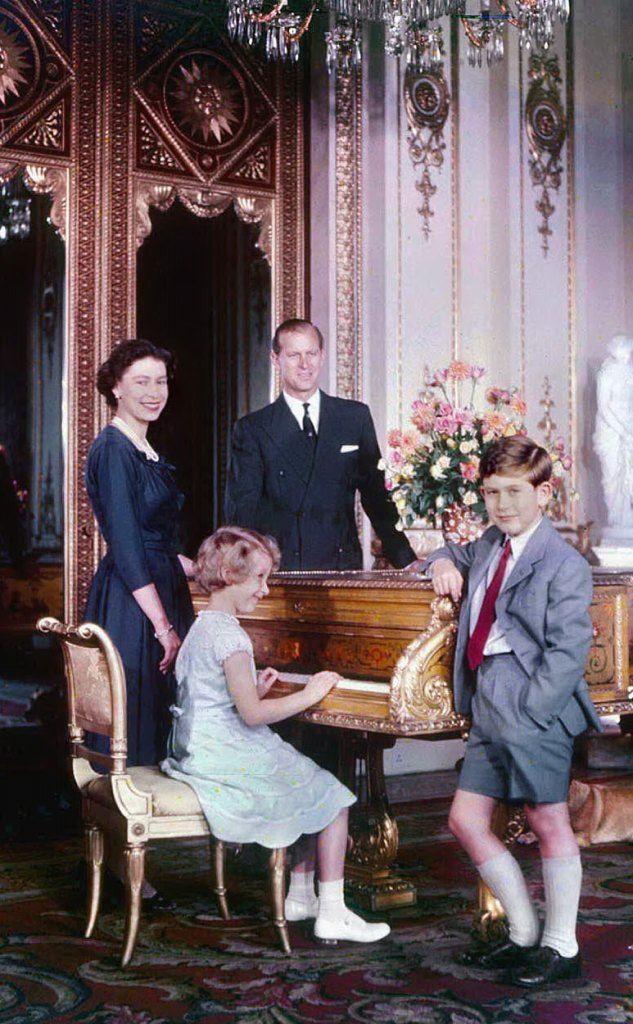 Con il consorte Filippo e i figli Carlo e Anna (foto Wikipedia)