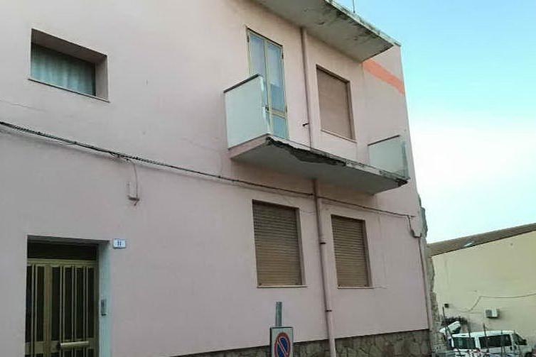 Il vento fa crollare un balcone: paura a Porto Torres