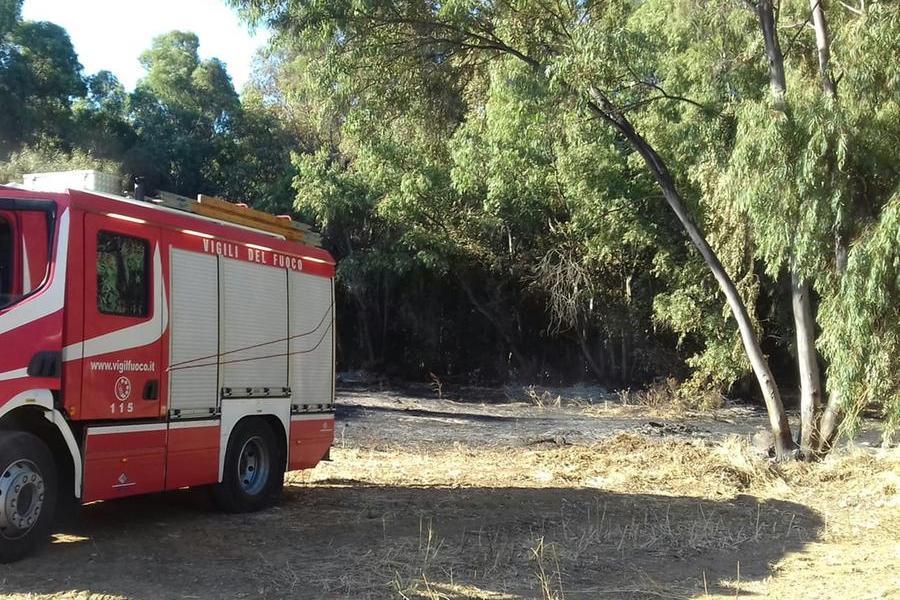 Tre incendi nella notte a Carbonia: due vicino a un distributore di carburanti