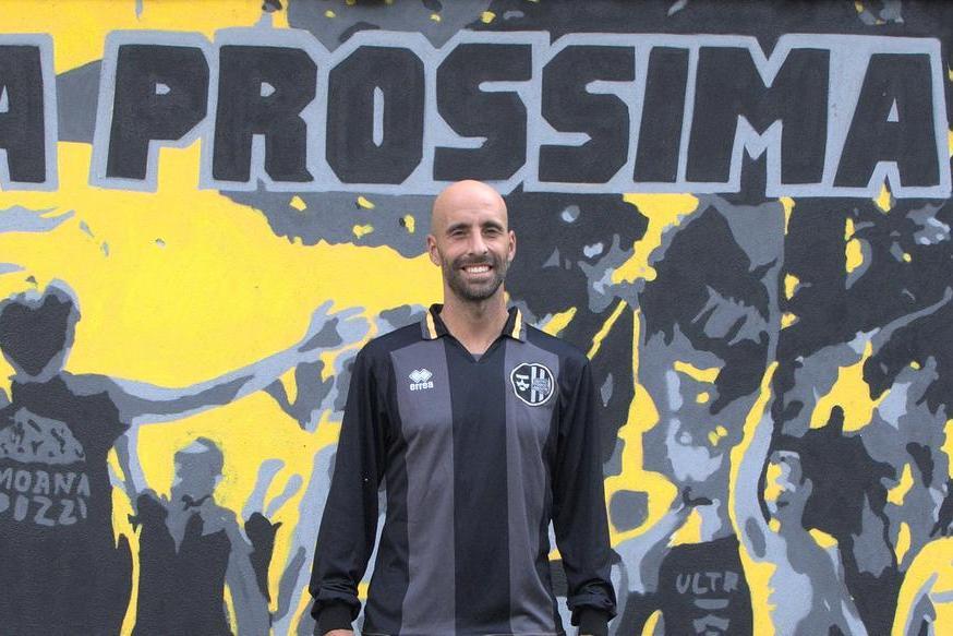 Borja Valero con la sua nuova maglia (dalla pagina Facebook\u00A0Centro Storico Lebowski)