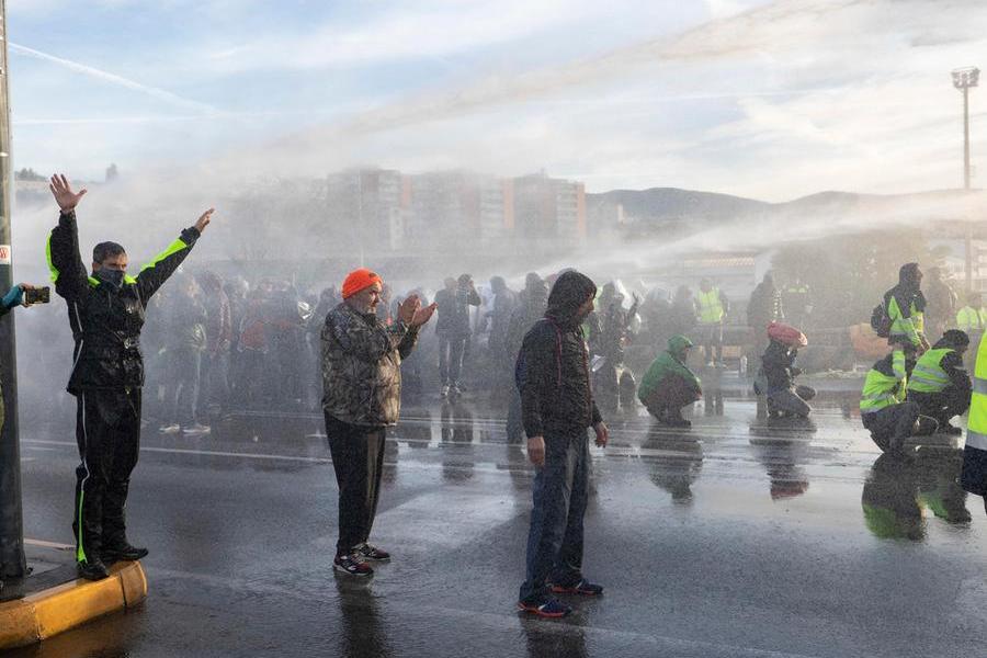 """Il portuale No Green Pass: """"Ho il Covid, colpa degli idranti della Polizia"""""""