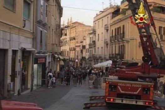 Calcinacci in via Garibaldi, colpita una donna