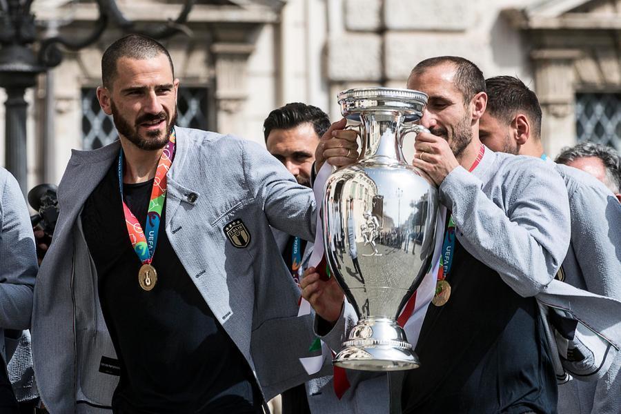 L'arrivo degli azzurri al Quirinale, Chiellini e Bonucci con la Coppa