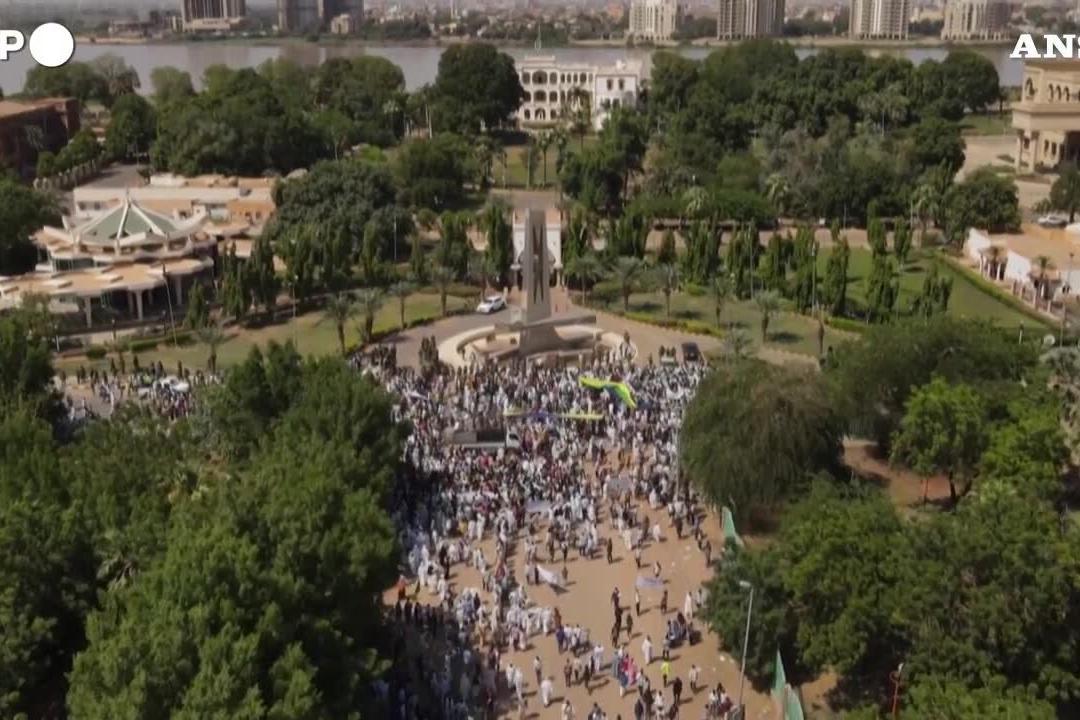 Sudan, in centinaia protestano contro il governo transitorio