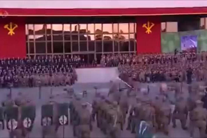 Testate ai mattoni, martellate e bastonate sulla schiena: lo show dei soldati davanti a Kim