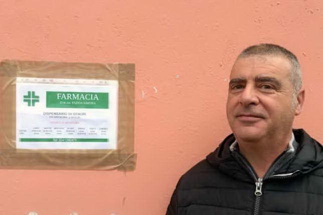 Il sindaco di Genuri davanti al dispensario farmaceutico (foto Antonio Pintori)