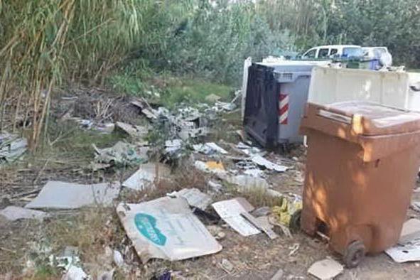 """Tuerredda sommersa dai rifiuti, la denuncia: """"Più controlli e numero chiuso"""""""