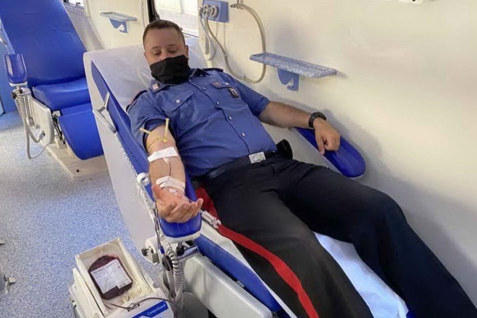 Un militare dona il sangue (foto carabinieri di Nuoro)