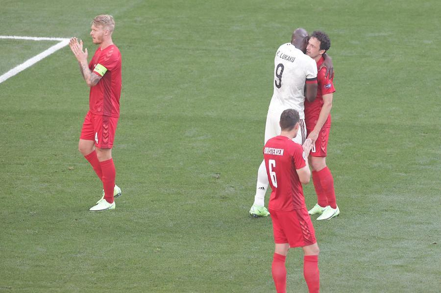Copenhagen, al 10' il gioco si ferma: tributo a Eriksen. Lukaku abbraccia tutti e stringe la mano a Kjaer