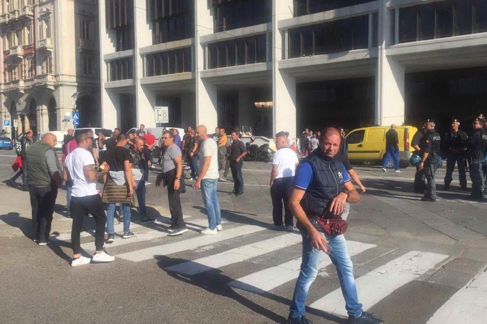 I pescatori di Santa Gilla bloccano via Roma a Cagliari