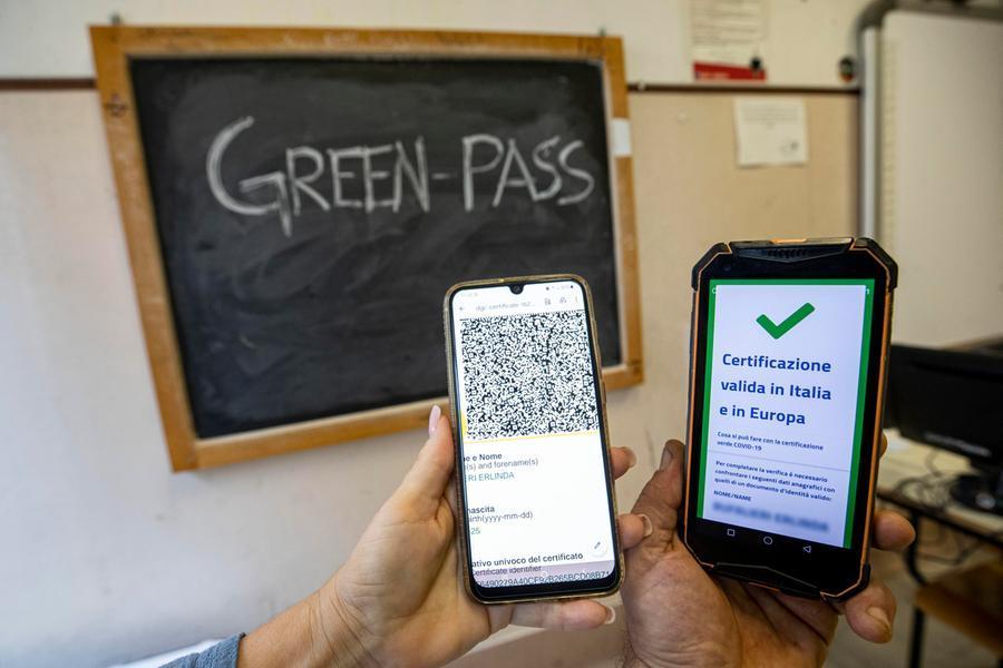 Green pass nelle scuole, obbligatorio anche per i genitori che accompagnano i figli