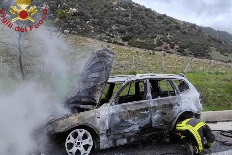 Solanas, auto in fiamme sulla Nuova Orientale: illeso il conducente