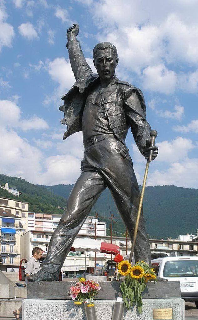 La statua a lui dedicata a Montreux, in Svizzera