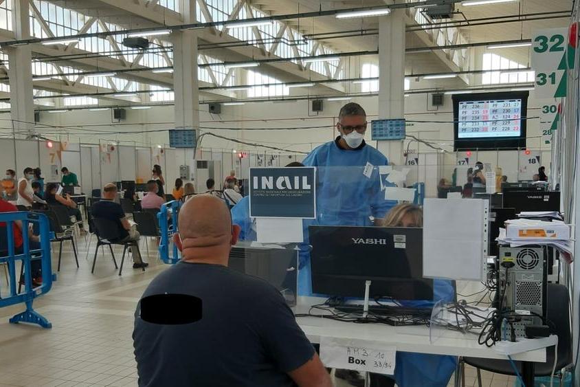 Vaccinazione nella postazione Inail dell'hub di Sassari (foto L'Unione Sarda - Marras)