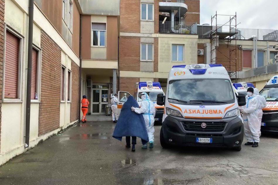 Caos al San Francesco di Nuoro, pazienti in ambulanza da 24 ore