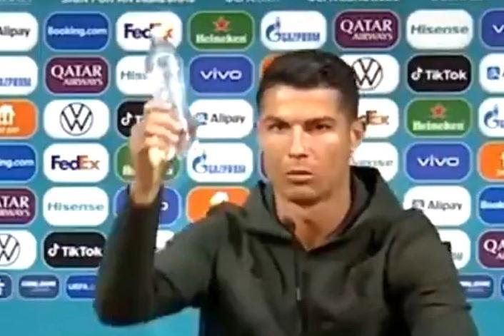 Europei, la Uefa pronta a multare i calciatori che spostano le bottiglie degli sponsor
