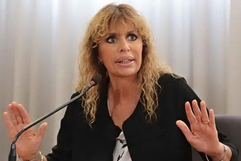"""Alessandra Mussolini, in un pacco anonimo un pupazzo a testa in giù e la scritta """"fascista di m...a"""""""