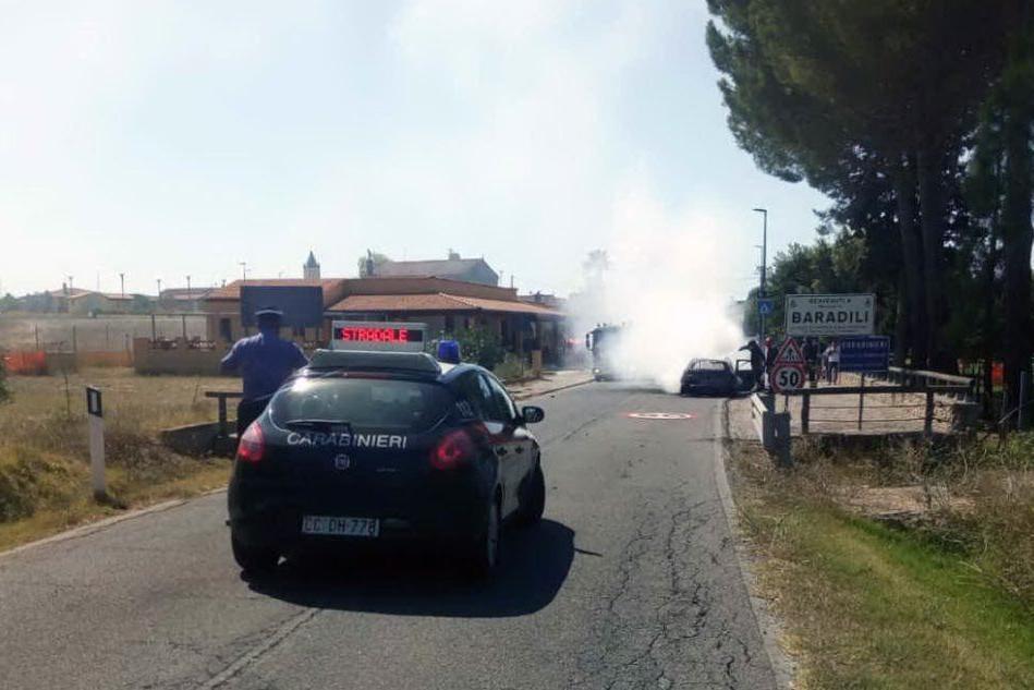 Baradili, auto prende fuoco nel centro abitato