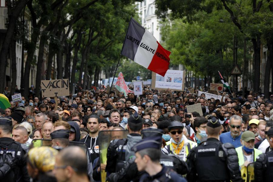Le proteste a Parigi (Ansa)