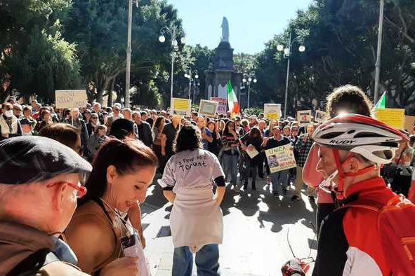 Cagliari,duemila persone in piazza contro il Green Pass. Nell'Isola disagi limitati per i controlli