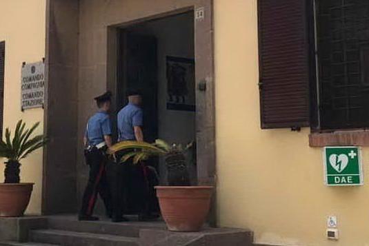 Carbonia, vede i carabinieri e si nasconde. Dopo i controlli si scopre il perché