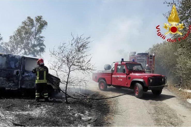 Incendio a Posada, le fiamme vicino alla 131 Dcn