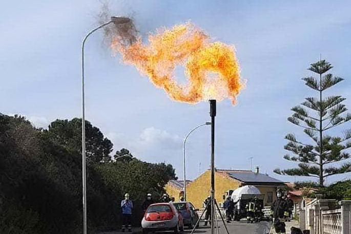 Sant'Antioco, il gas termina di bruciare