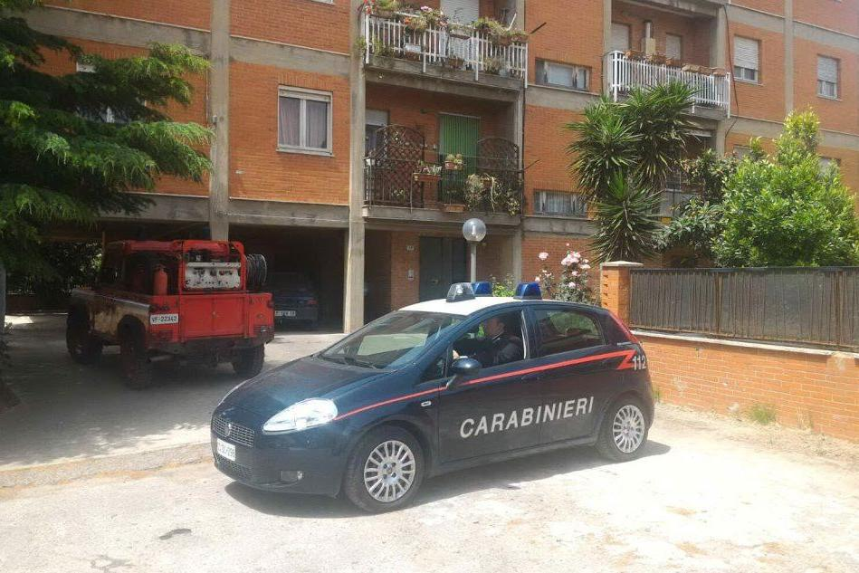 I carabinieri davanti al palazzo in cui sono stati ritrovati i resti dell'uomo