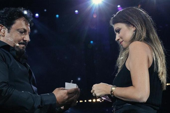 Brignano, proposta di matrimonio a sorpresa sul palco dell'Arena di Verona